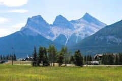 Tre systerberg, Canmore, Alberta, Kanada Royaltyfri Bild
