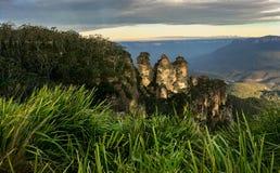 Tre systrar, blåa berg från Echo Point Lookout fotografering för bildbyråer