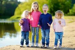 Tre systrar och deras broder som har gyckel Royaltyfria Bilder