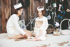 Tre systrar som framme poserar av julgranen Royaltyfri Fotografi