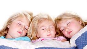 Tre systrar som sovar i underlag Royaltyfri Fotografi