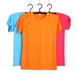 Tre t-skjorta mall på hange som isoleras på vit arkivfoto