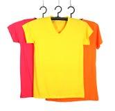 Tre t-skjorta mall på hange som isoleras på vit arkivfoton