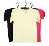 Tre t-skjorta mall på hange som isoleras på vit royaltyfri bild