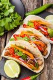 Tre taci messicani con carne e le verdure Pastore di Al dei taci sopra Immagine Stock Libera da Diritti
