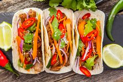 Tre taci messicani con carne e le verdure Pastore di Al dei taci sopra Fotografia Stock