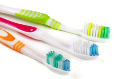 Tre tandborstar som isoleras på en vit bakgrundscloseup royaltyfri fotografi
