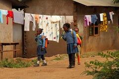 Tre tanzaniska skolaflickor och en Popsicle Royaltyfria Foton