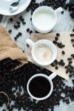 Tre tazza di caffè e chicchi di caffè Immagine Stock