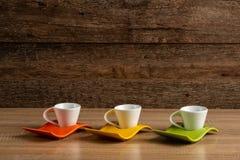 Tre tazze di caffè semplici, vista laterale immagini stock