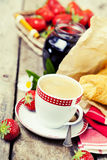Tre tazze di coffe e dei croissants Fotografia Stock Libera da Diritti