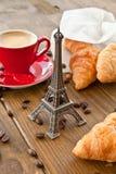 Tre tazze di coffe e dei croissants Fotografie Stock