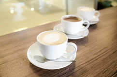 Tre tazze di coffe nella linea diagonale Fotografia Stock Libera da Diritti