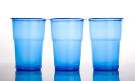 Tre tazze di plastica blu Immagine Stock