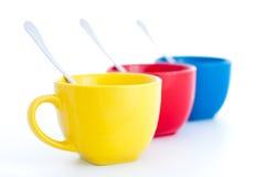 Tre tazze di tè variopinte con i cucchiai Immagini Stock Libere da Diritti