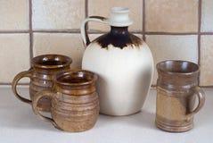 Tre tazze e brocche ceramiche Fotografia Stock