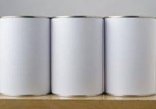 Tre Tin Cans med vita etiketter Royaltyfria Bilder