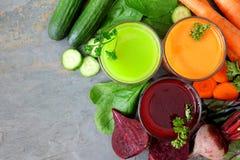 Tre tipi di succhi di verdura sani, sopra la vista sull'ardesia Fotografie Stock