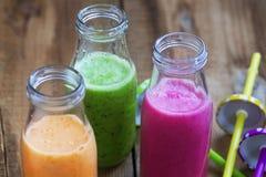 Tre tipi sani freschi di succhi di frutta o di bottiglie dei frullati, Immagine Stock