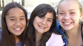 Tre tonårs- flickor som poserar för kamera i ultrarapid lager videofilmer