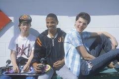 Tre tonårs- pojkar som poserar för en bild Arkivbild