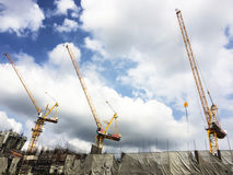 Tre tornkranar fungerar på konstruktionsplats Arkivbilder