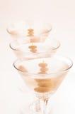 Tre torra Martini coctailar i en fodra tätt upp Royaltyfri Foto