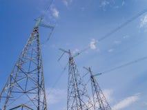 Tre torri delle linee elettriche ad alta tensione energia urbana Immagini Stock Libere da Diritti