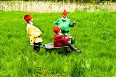 Tre trädgårds- gnomer tycker om barn Arkivbilder