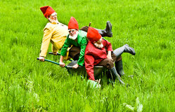 Tre trädgårds- gnomer tycker om barn Royaltyfria Bilder