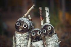 Tre träleksaker stående av träråg från stubbar royaltyfria foton