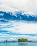 Tre tropiska öar i havet med moln Arkivfoton