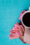 Tre tulipani rosa, una tazza di caffè e tre maccheroni rosa Immagine Stock