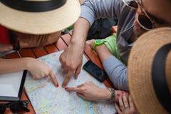 Tre turister som pekar på översikt arkivfoto