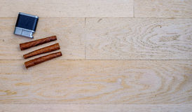 Tre Tuscan cigarrer och en tändare Arkivfoto