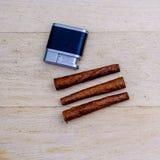 Tre Tuscan cigarrer och en tändare Arkivfoton