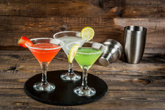 Tre typer av alkoholiserade coctailar med martini Arkivbild
