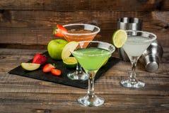Tre typer av alkoholiserade coctailar med martini Royaltyfri Bild