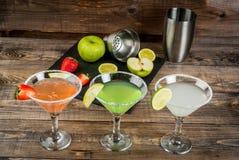 Tre typer av alkoholiserade coctailar med martini Royaltyfri Fotografi