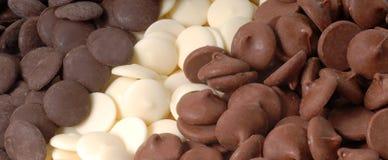 Tre typer av choklad gå i flisor, mörkret, vit och halv-sötsaken royaltyfria foton