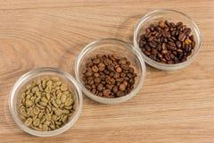 Tre typer av kaffe i glass hyllor av diagonalt 2 Fotografering för Bildbyråer