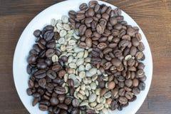 Tre typer av kaffebönor på plattan Arkivbilder