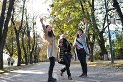Tre unga damtoalett som tycker sig om Royaltyfria Foton