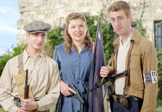 Tre unga franska motstånd, tappningkläder och vapen, reen royaltyfri bild