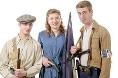 Tre unga franska motstånd, tappningkläder och vapen, reen arkivfoton