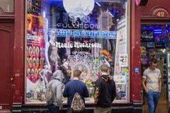 Tre unga grabbar som fönstret shoppar skärmen shoppar in, sälja områdenolla Arkivfoton