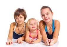 Tre unga härliga flickor fotografering för bildbyråer