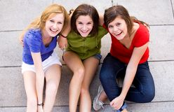 tre unga kvinnor Arkivbild
