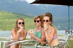 Tre unga kvinnor på stranden arkivbild