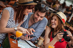 Tre unga turister i kafé Arkivfoton